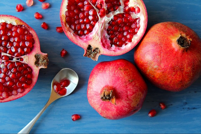 04-pomegranates-Fruits-and-Vegetables-that-Taste-Best-in-the-Fall_560360356-Tosa